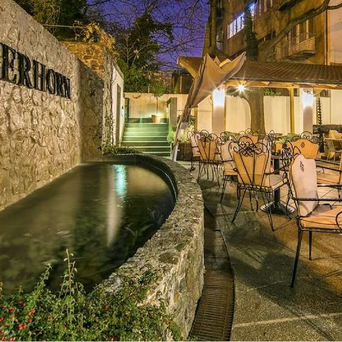 Hotel Jagerhorn, Zagreb outdoor dining and lounge with hotels fountain