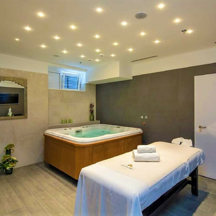 Hotel Cornaro, Split indoor Jacuzzi and massage table