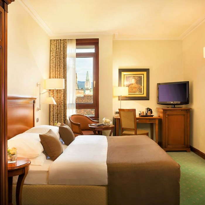 Best Western Astoria Hotel, Zagreb double bed bedroom with a TV and work desk