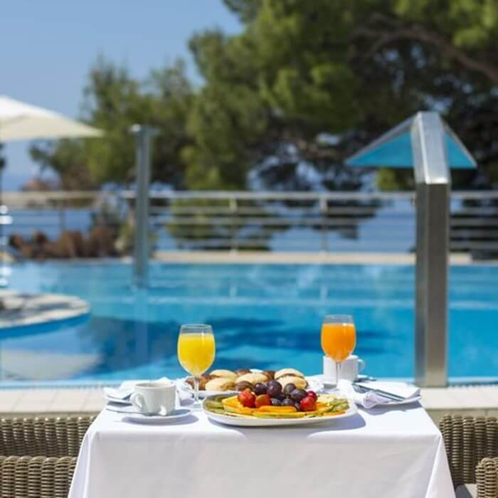 Hotel Park, Makarska outdoor dining facilities next to the outdoor pool
