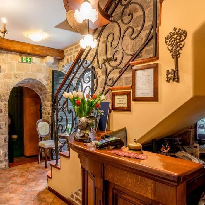 Hotel Monte Cristo, Kotor vintage wooden reception