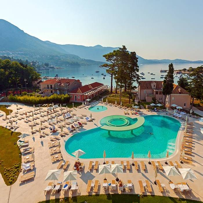 Hotel Sheraton, Dubrovnik outdoor pool and lounge area
