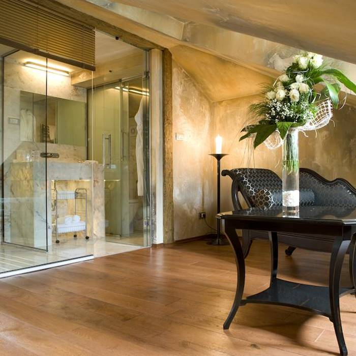 Boutique Hotel Astoria, Kotor lounge and shower within specious room